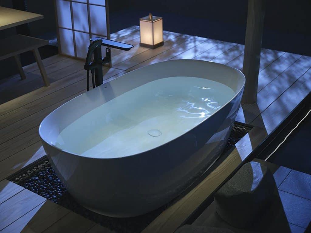 Một mẫu bồn tắm của Inax tái hiện sự thanh bình của dòng suối nước nóng Nhật Bản vào ban đêm.